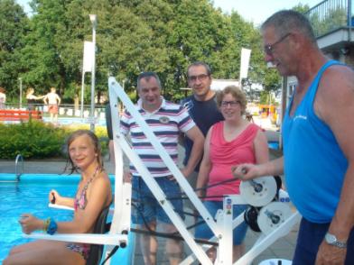 De tillift voor minder validen op zwembad Het Elderink is in gebruikt genomen