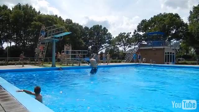 Jongens duiken van de hoge duikplank